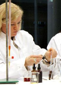 Lea valmistaa C-vitamiinia Medik8n koulutuksessa.